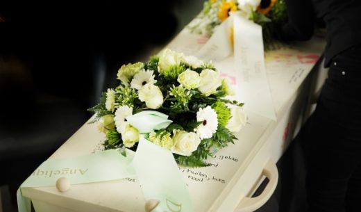 wiązanka na trumnę z szarfą pogrzebową