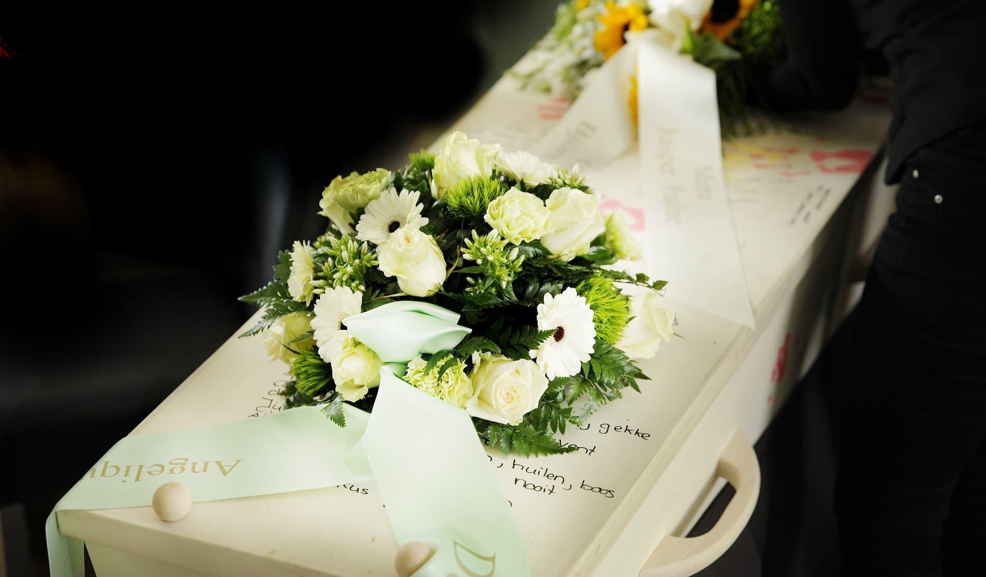 wiazanka natrumne 1 - Co napisać naszarfie pogrzebowej?