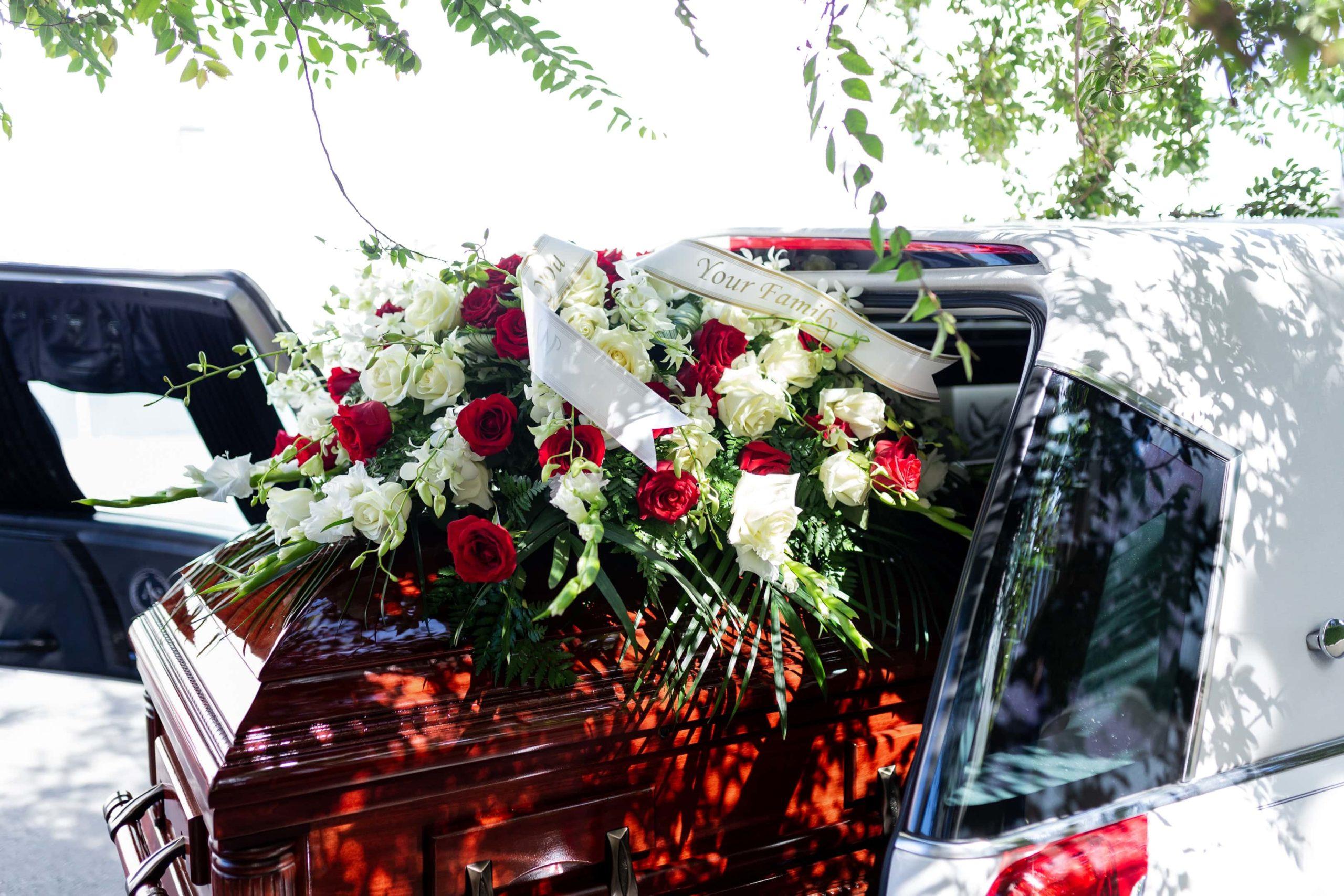 wiazanka natrumne scaled - Co napisać naszarfie pogrzebowej?