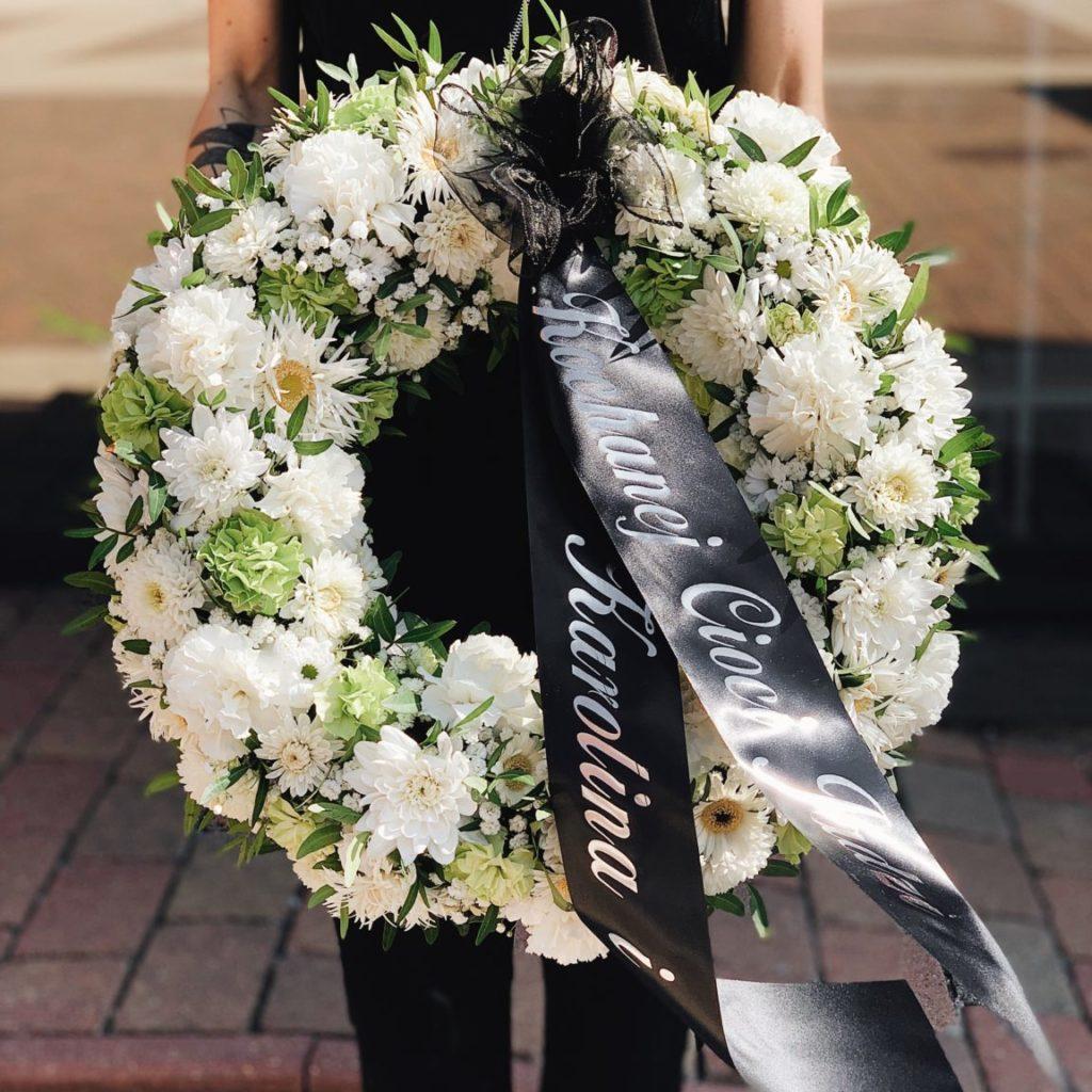 badyalrz wieniec pogrzebowy 35 1152x1536 1 1024x1024 - Jakie kwiaty są odpowiednie napogrzeb?