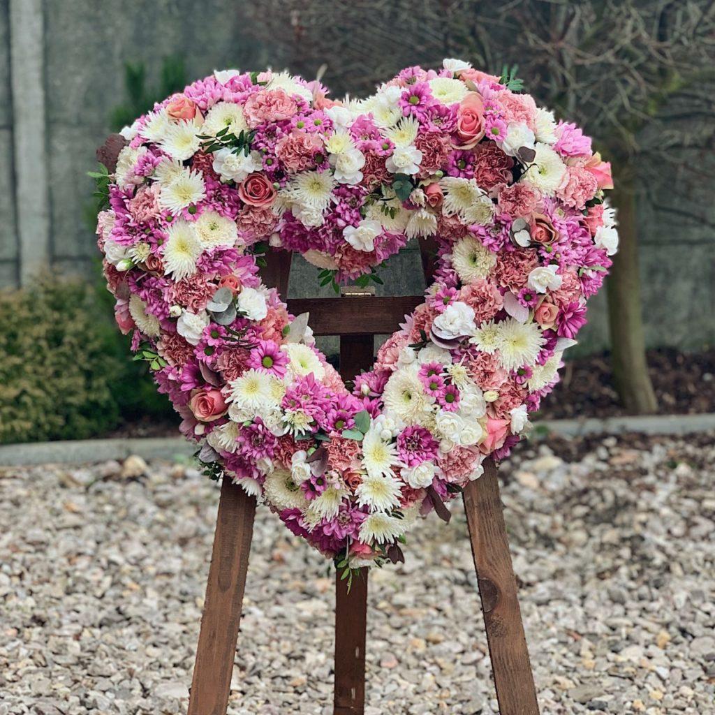 badylarz wieniec pogrzebowy serce 12 1229x1536 1 1024x1024 - Jakie kwiaty są odpowiednie napogrzeb?