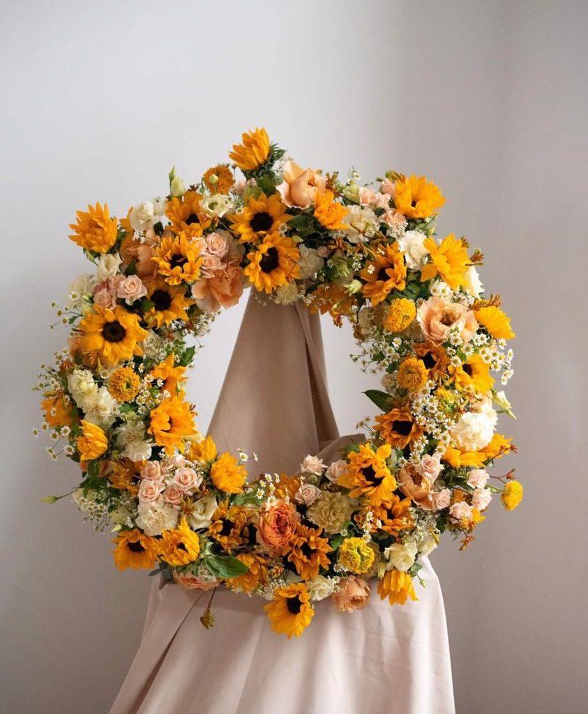w te pedy 843x1024 - Jakie kwiaty są odpowiednie napogrzeb?
