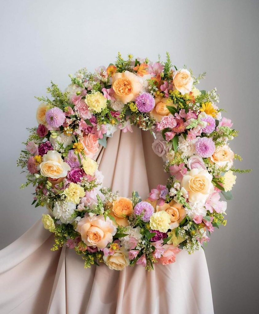 w te pedy 1 843x1024 - Jakie kwiaty są odpowiednie napogrzeb?